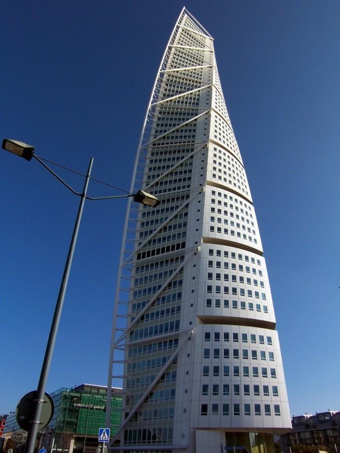 postmoderne-architektur-wolkenkratzer-mit-scharfer-form