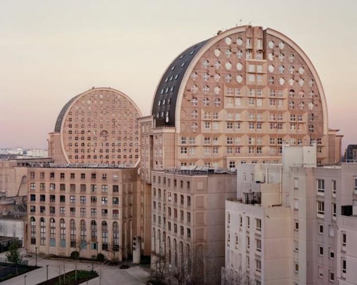 postmoderne-architektur-zwei-wolkenkratzer-mit-runder-Form