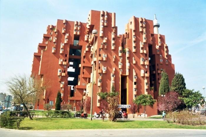 postmoderne-archtektur-ein-rotes-gebäude