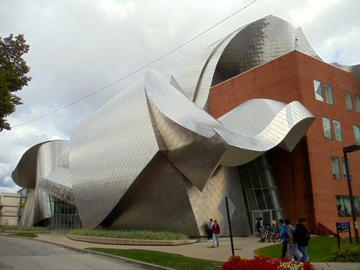 postmoderne-kunst-in-der-architektur-ein-Gebäude-von-Peter-Lewis