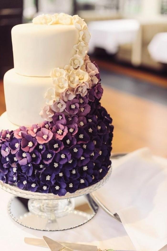 prachtvolle-Hochzeitstorte-mit-weißen-und-lila-Blumen-Dekoration