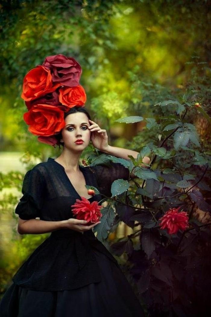 professionelles-Foto-Mädchen-mit-extravagantem-Hut-aus-dekorativen-Rosen