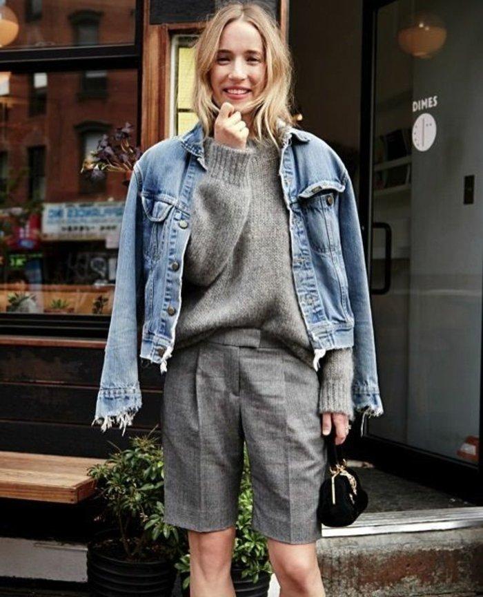 retro-Denimjacke-grauer-Pullover-graue-kurze-Hosen