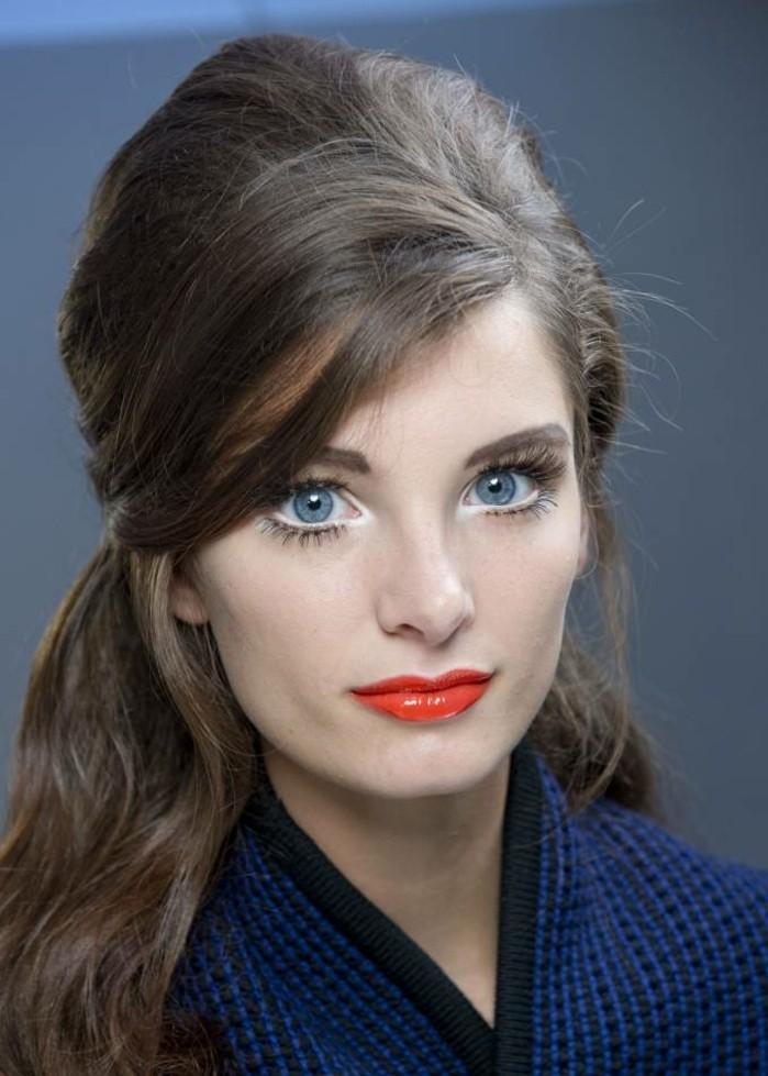 retro-schöne-frisur-kühle-haarfarben-herrliche-dame-mit-roten-lippen