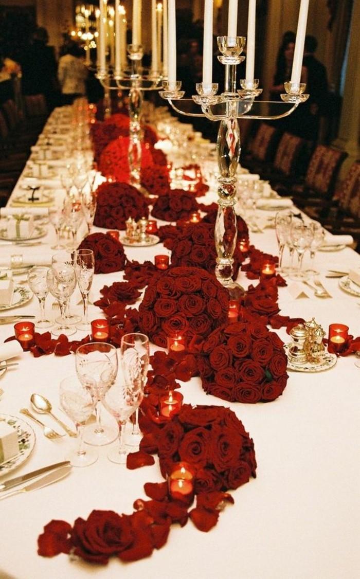 romantische-Hochzeitstischdeko-mit-schönen-roten-Rosen