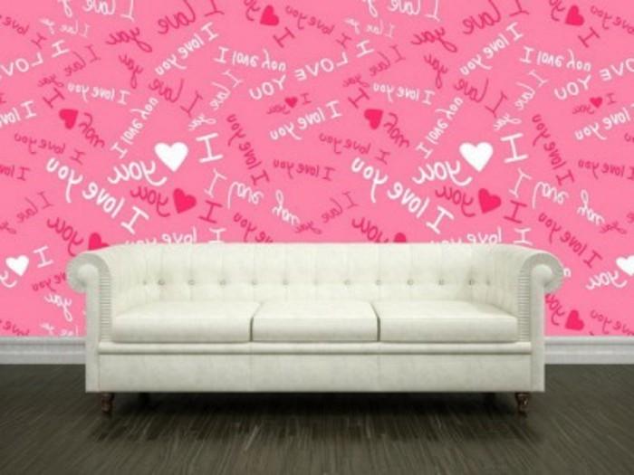 rosige-lustige-tapeten-hinter-dem-weißen-sofa-moderne-farbgestaltung-wohnzimmer