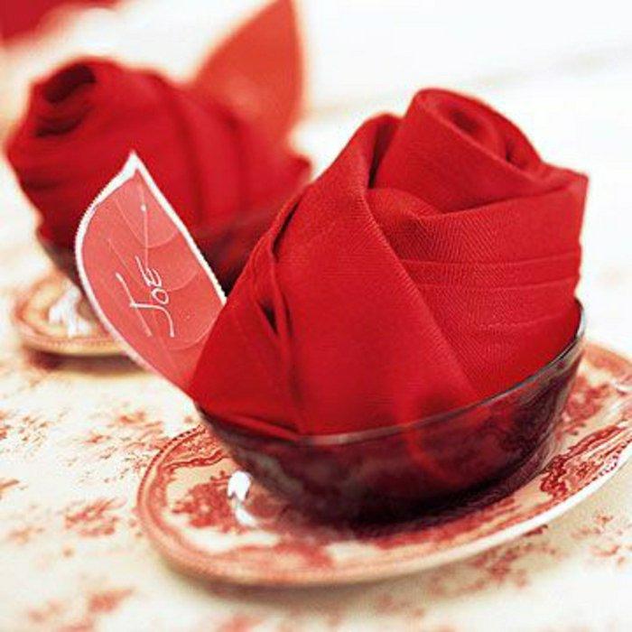 rote-Servietten-als-Rosen-gestalten