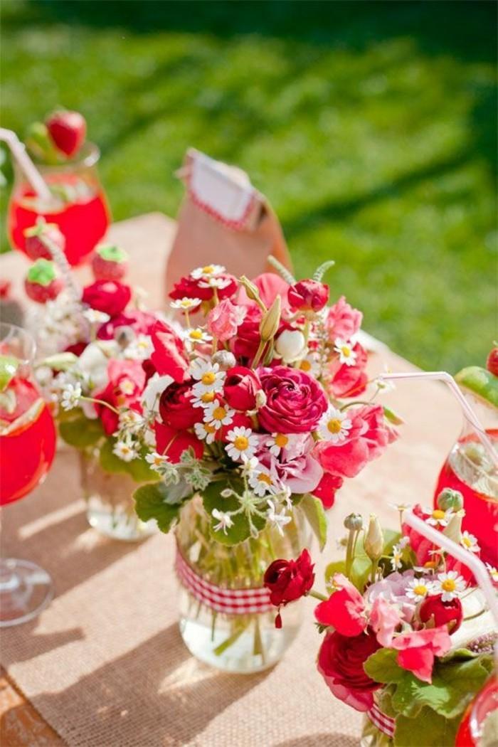 rote-Tischdeko-für-sommerliche-Party-im-Garten