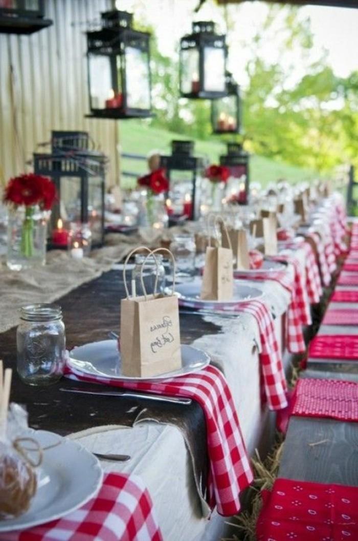 rote-Tischdekoration-für-rustikale-Hochzeit-Tischläufer-mit-kariertem-Muster