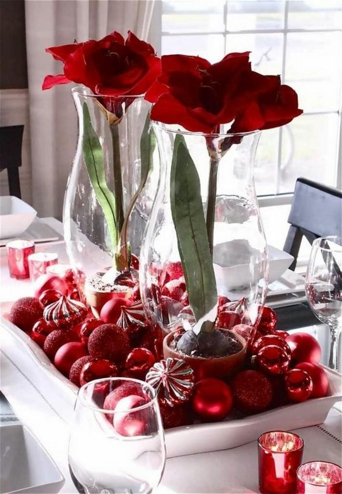 rote-Tischdekoration-mit-Rosen-und-Weihnachtsschmuck