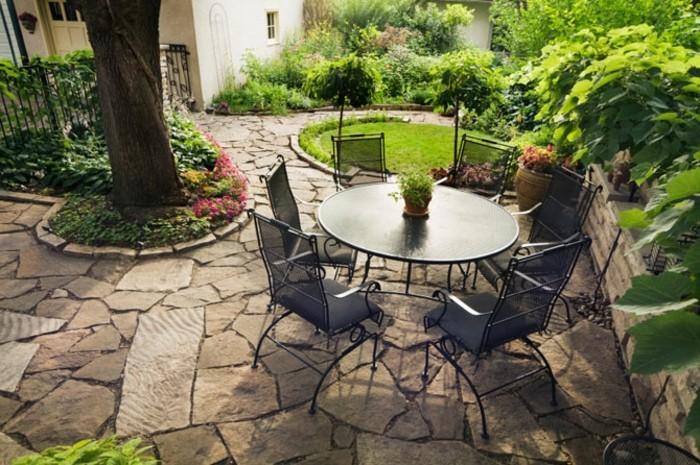 runder-kleiner-tisch-super-stühle-steinbodenbelag-kreative-ausstattung