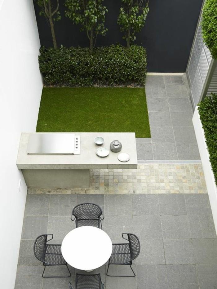 runder-tisch-und-graue-stühle-bild-von-oben-gemacht-vorgarten-anlegen