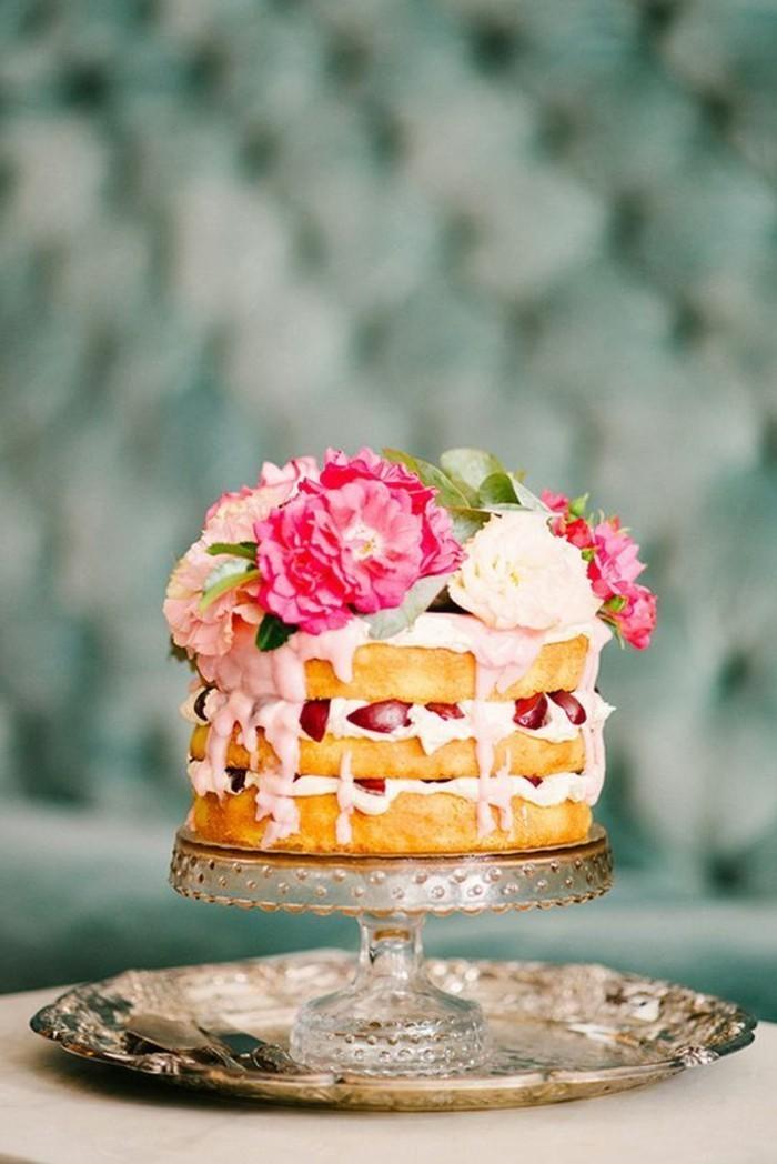 rustikales-Dessert-Pfannkuchen-garniert-mit-Creme-und-Erdbeeren