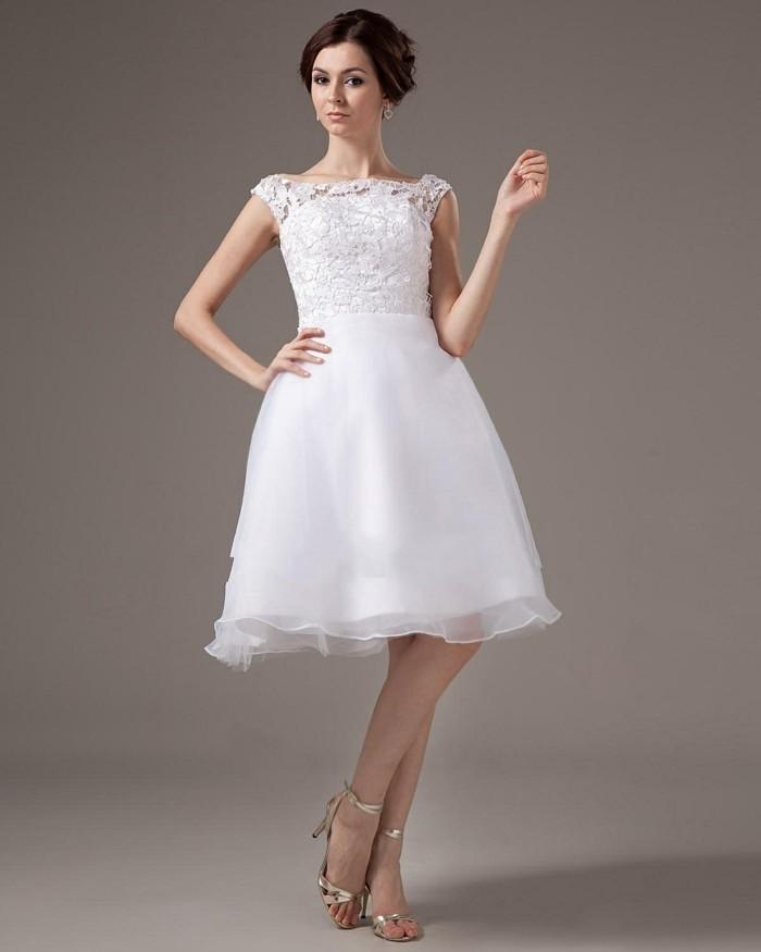 süß-aussehende-moderne-tolle-kleider-in-weiß