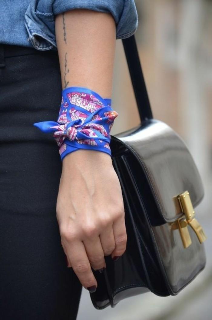 süßes-blaues-Halstuch-als-Armband-tragen