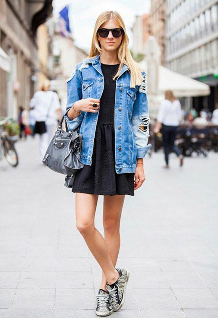 süßes-schwarzes-Kleid-Jeansjacke-mit-zerrissenen-Ärmeln-sportliche-Schuhe