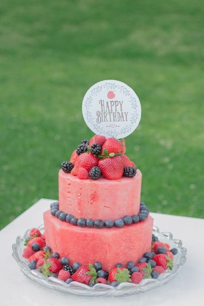 saftige-Geburtstagstorte-mit-leckeren-Wildfrüchten