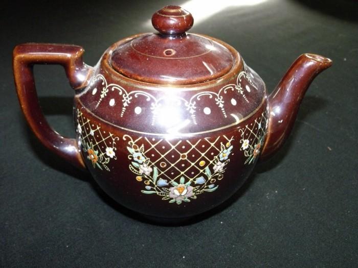 schön-bemalte-braune-asiatische-teekanne
