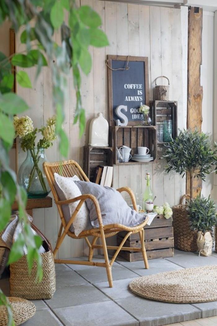schön-gestalteter-Balkon-Rattansessel-viele-Pflanzen