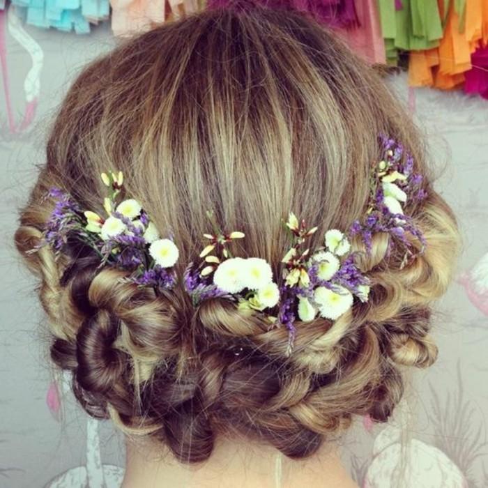schöne-mädchenhafte-Hochzeitsfrisur-mit-sympatischen-Frühlingsblumen