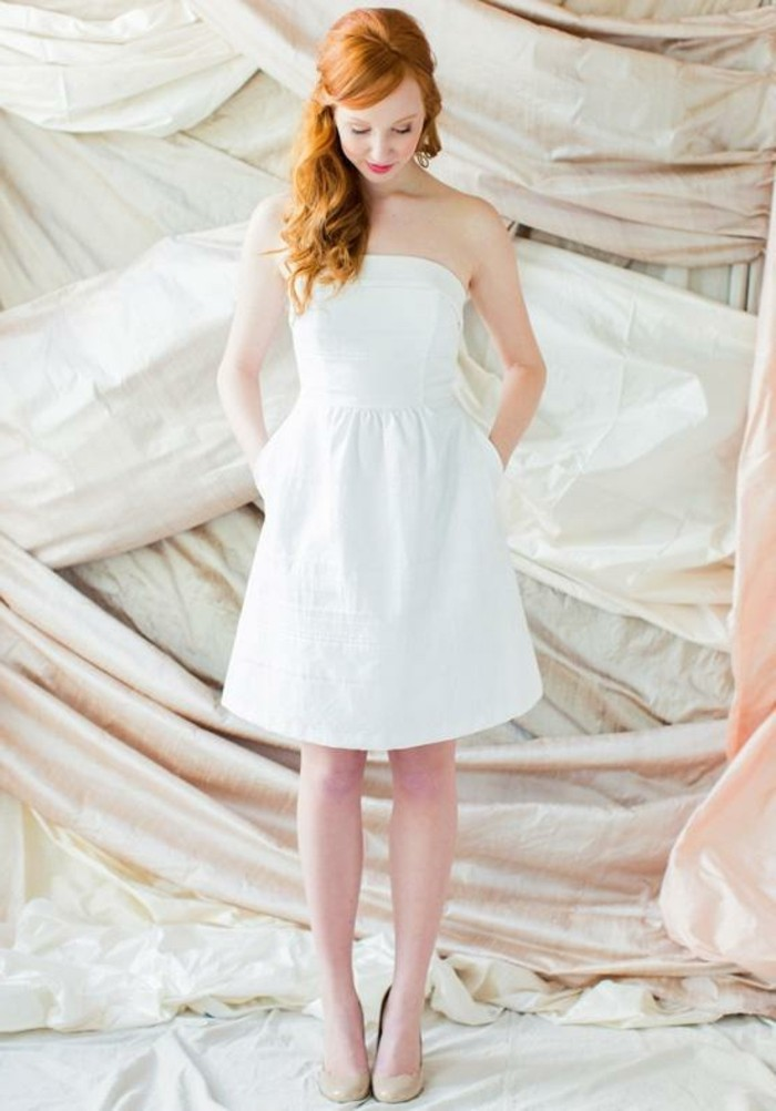 schöne-rote-haare-und-einfaches-modell-kurzes-weißes-kleid