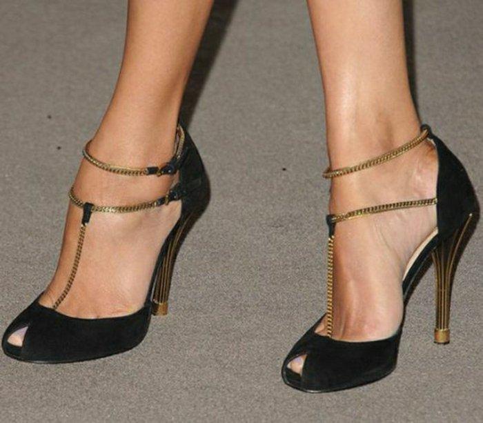 schöne-schwarze-Schuhe-mit-goldenen-Akzenten