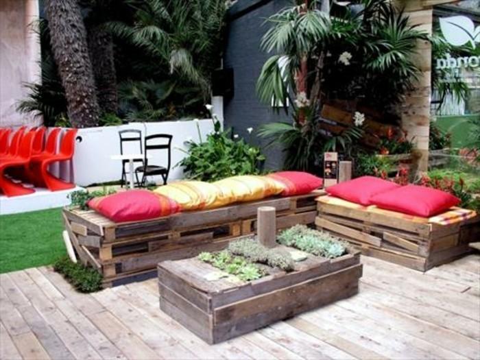 schöner-frischer-garten-sofa-aus-europaletten-bunte-farben