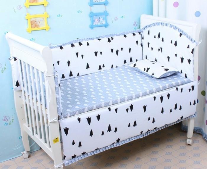 schönes-babybett-weiß-blaue-wände-im-kleinen-babyzimmer