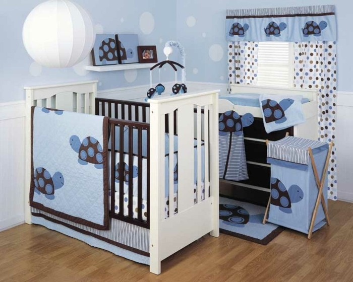 schönes-babybett-weiß-blaues-babyzimmer-gestalten