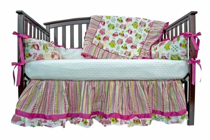 schönes-design-babybett-für-mädchen-tolle-bettwäsche-und-kissen