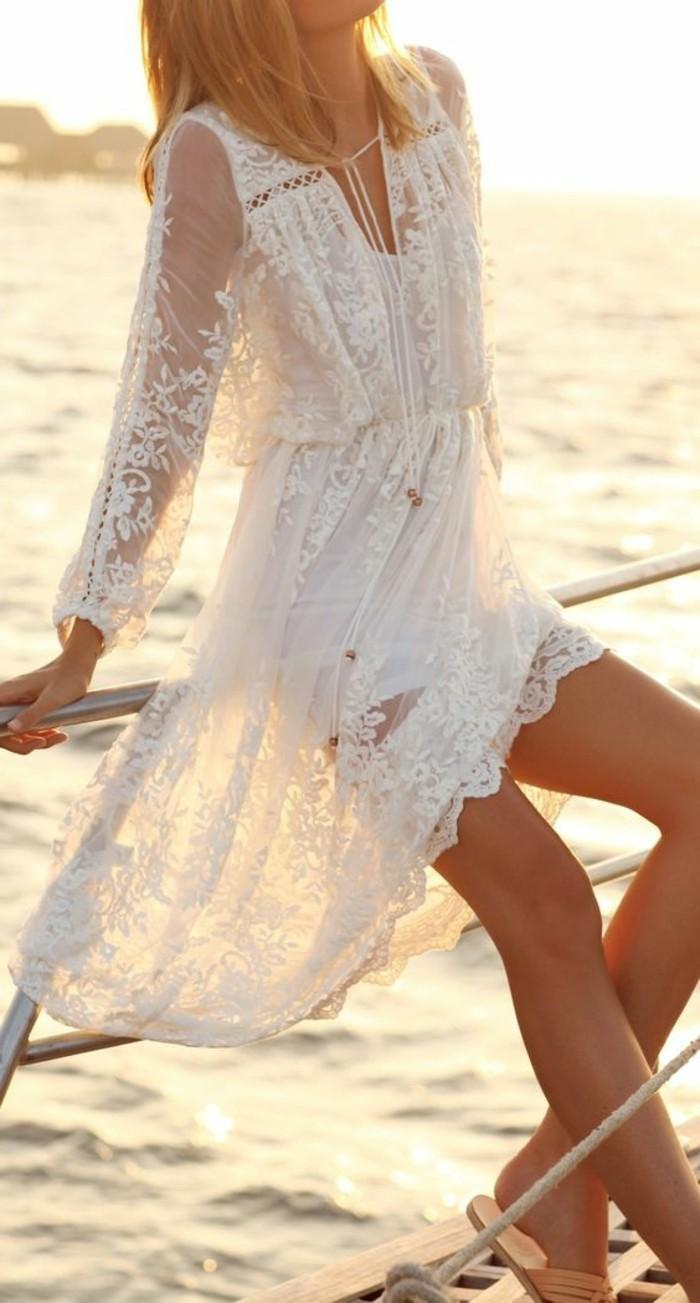 schönes-durchsichtiges-modell-weißes-kleid-eine-junge-frau-am-strand
