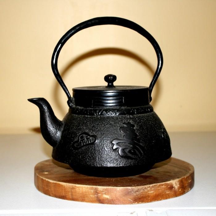 schwarze-japanische-Teekanne-mit-abstracktem-schmuck