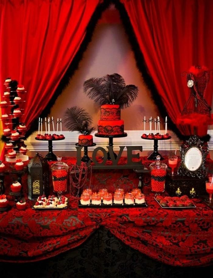schicke-Tischdekoration-Ideen-in-Schwarz-und-Rot-mit-Federn-als-Akzent