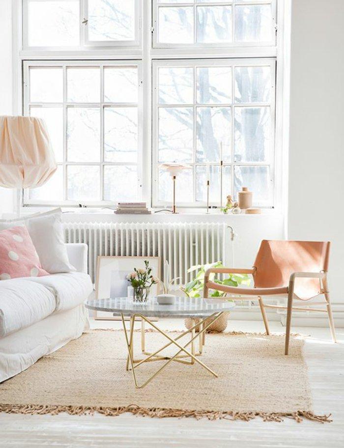 schlicht-eingerichtetes-Zimmer-in-hellen-Farben