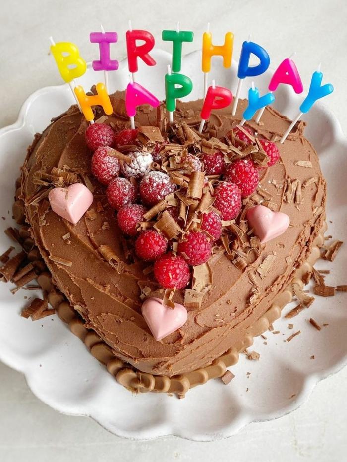 schokoladenkuchen in herz form mit himbeeren zum geburtstag einfacher geburtstagskuchen happy birthday kerzen