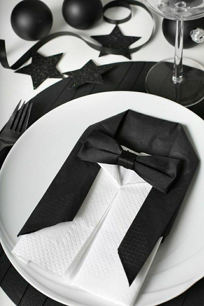 schwarz-weiße-Papierservietten-falten-in-der-Form-von-Anzug