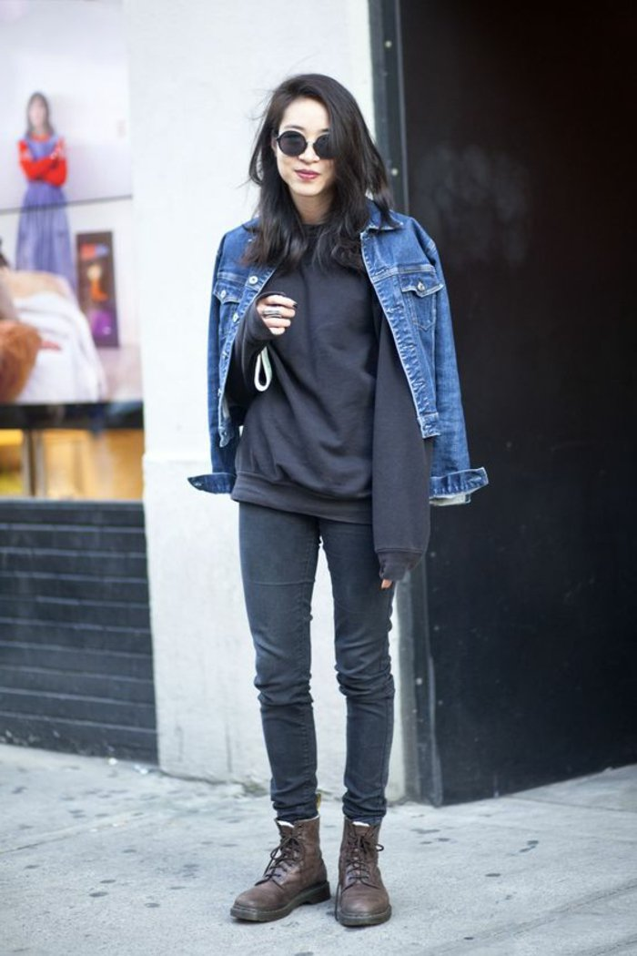 schwarze-Kleider-kurze-Jeansjacke-Alltag-Look