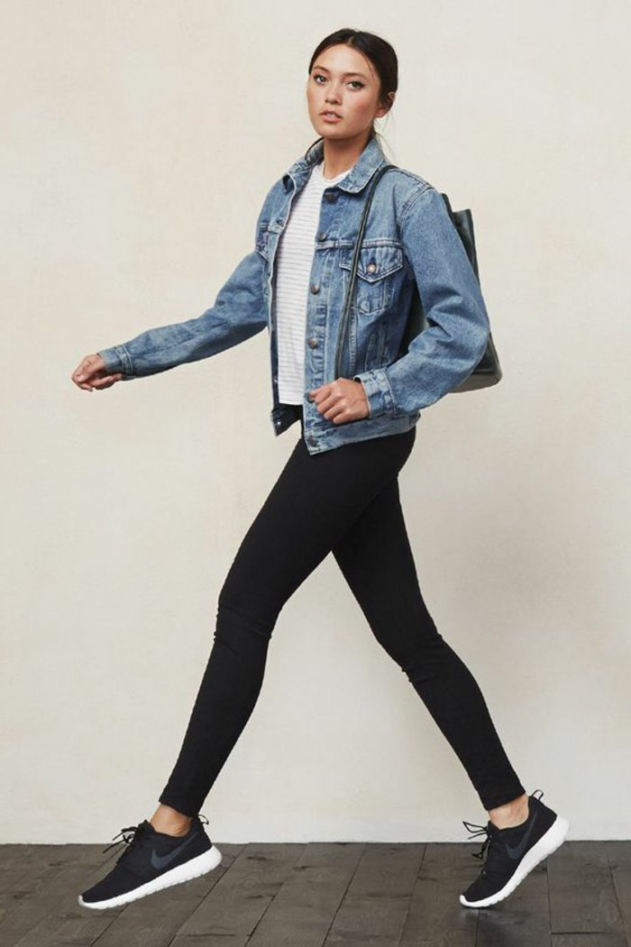 schwarze-Leggings-kurze-Jeansjacke-sportliche-Nike-Schuhe