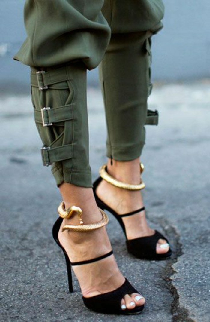 schwarze-Sandaletten-mit-goldenem-Akzent