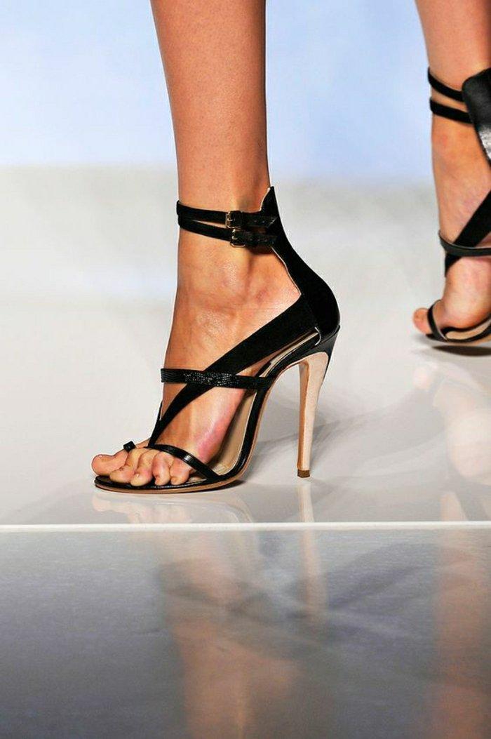 schwarze-Sandaletten-mit-originellem-Design