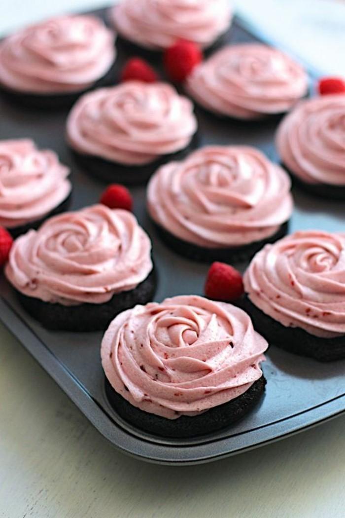 schwarze-Schokolade-Cupcakes-mit-Himbeeren-Buttercreme