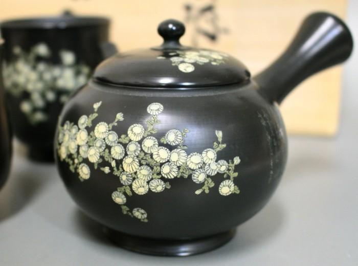 schwarze-mit-blumen-bemalte-asiatische-teekanne