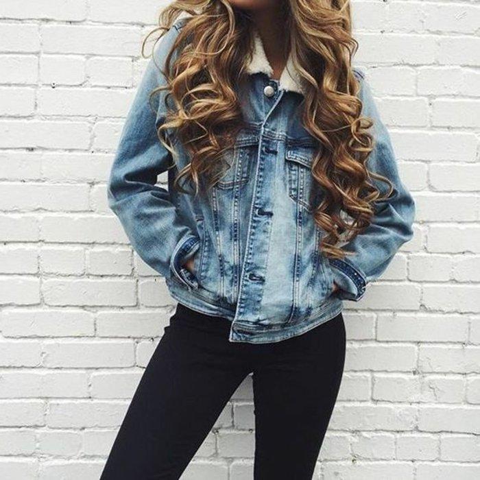 schwarze-Slim-Jeans-Jeansjacke-mit-männlichem-Design
