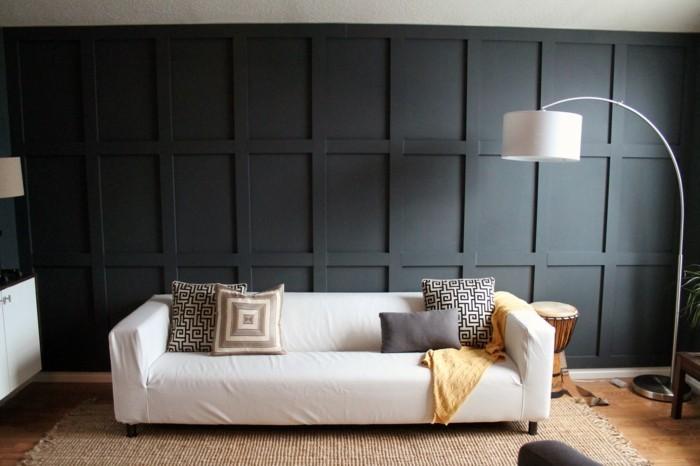 schwarze-wand-im-modernen-wohnzimmer-mit-einem-weißen-sofa