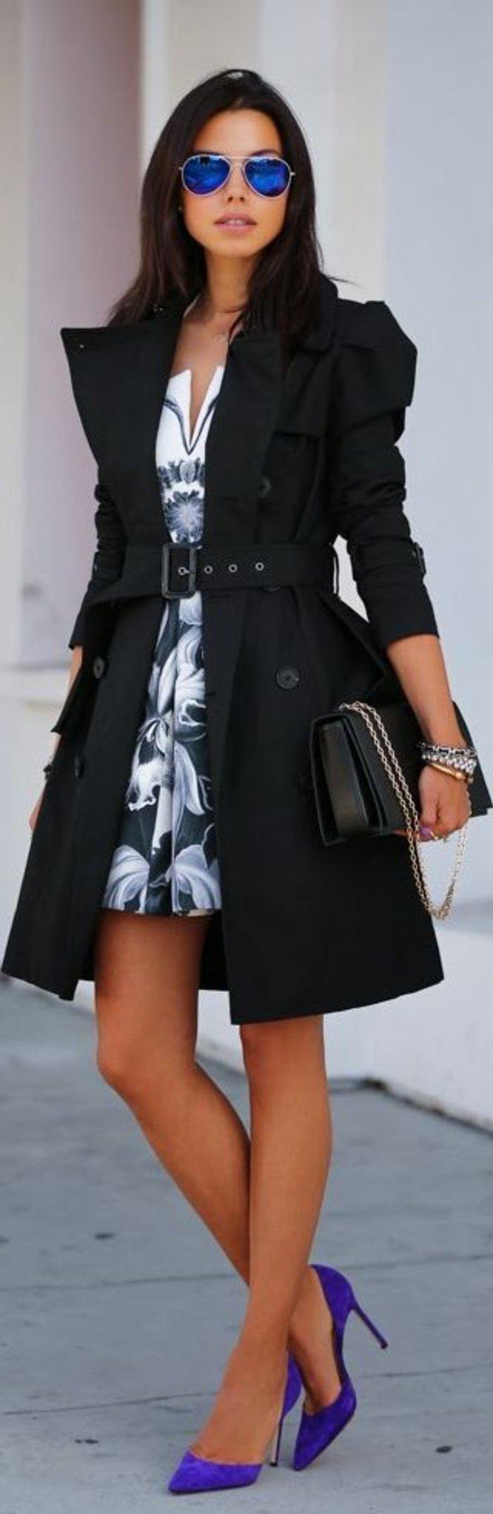 schwarzer-Mantel-mit-Gürtel-effektvolle-Schuhe