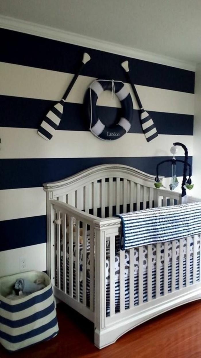 sehr-interessante-attraktive-babybetten-in-weiß-wände-in-kontrastierenden-farben