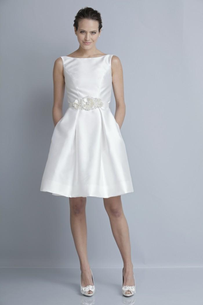 elegantes kleid in weiß - glänzendes modell