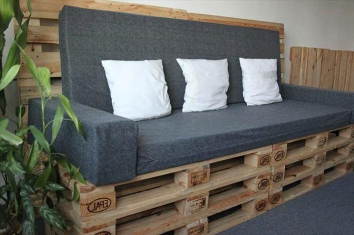 sehr-schönes-modell-sofa-aus-paletten-mit-drei-dekorativen-weißen-kissen