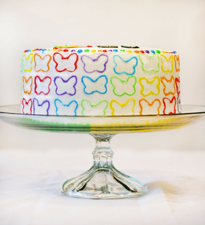selbstgemachte kindergeburtstag torte dekoriert mit bunten schmetterlingen geburtstagstorte rezept
