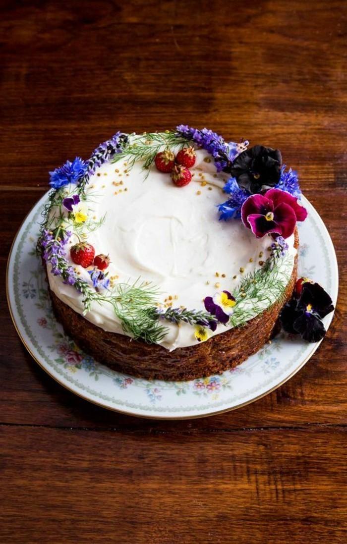 simple-Torte-mit-Creme-dekoriert-mit-Erdbeeren-und-Blumen